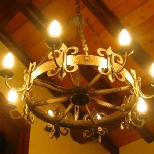 Кованые люстры и фонари